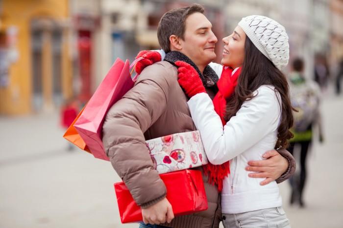 Парень и девушка в День Валентина