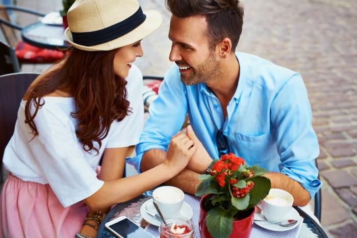 Парочка сидит в кафе и смотрит друг на друга