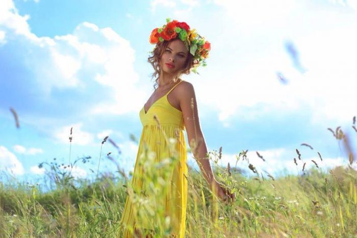 Анна Селюкова в желом платье и венке из цветков в поле