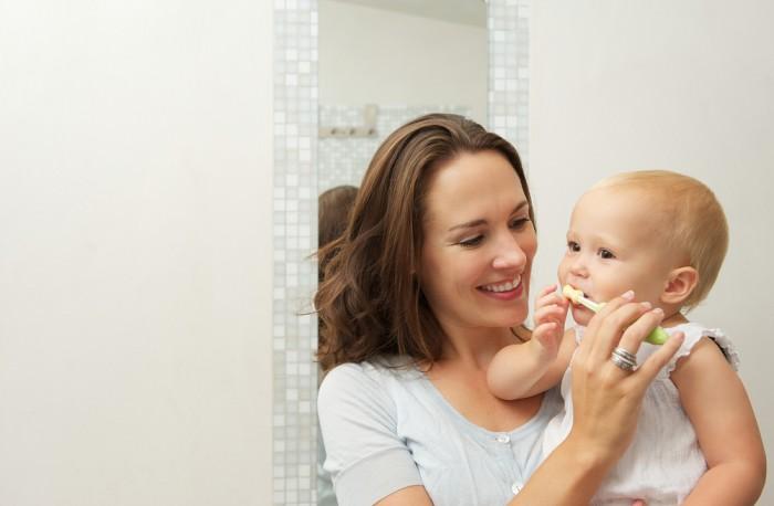 мама чистит зубы