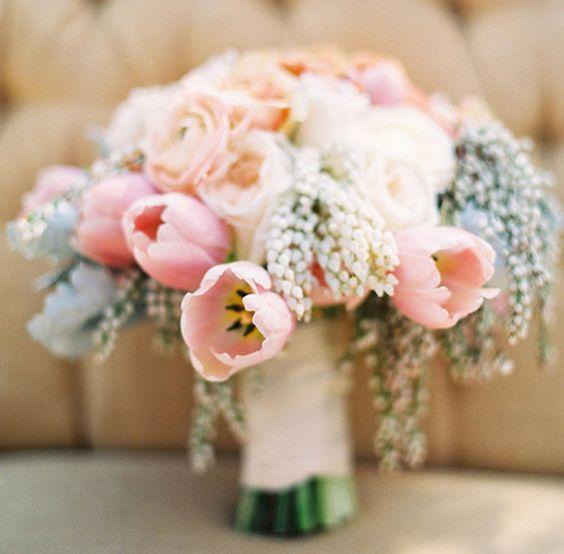 Цветов, нежный букет невесты из тюльпаны и розы