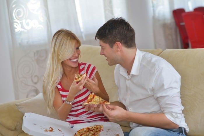 Девушка с парнем едят пиццу