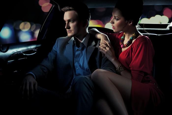 Девушка в машине с парнем