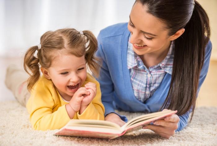 Мама с дочкой читает книгу