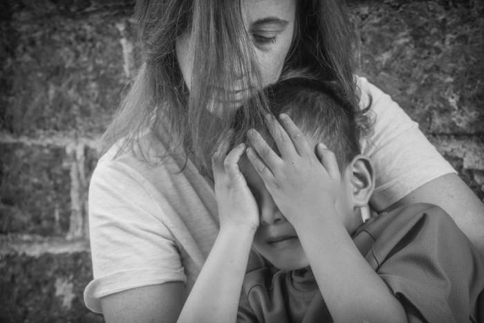 Мама защищает ребенка