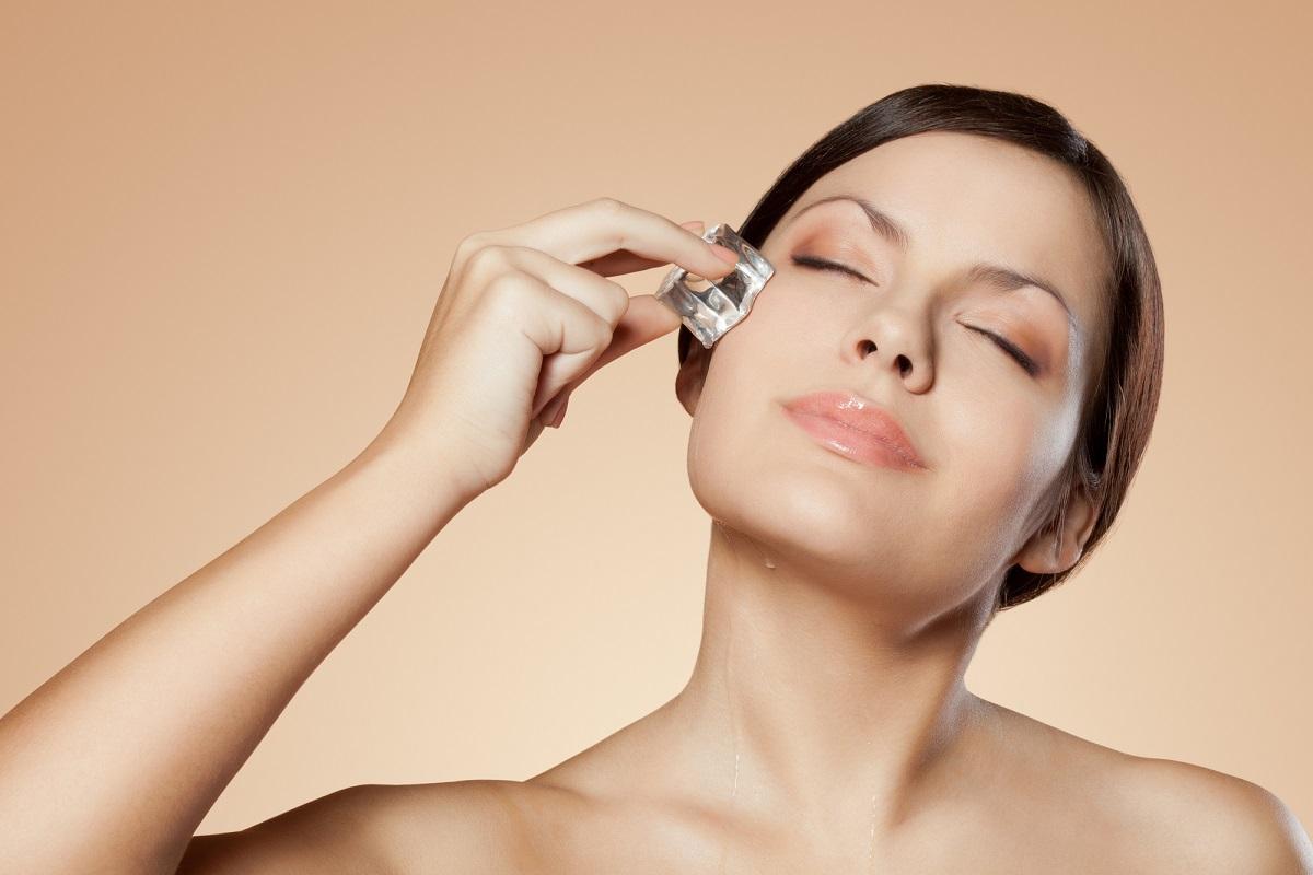 Весенняя процедура красоты массаж лица косметическим льдом