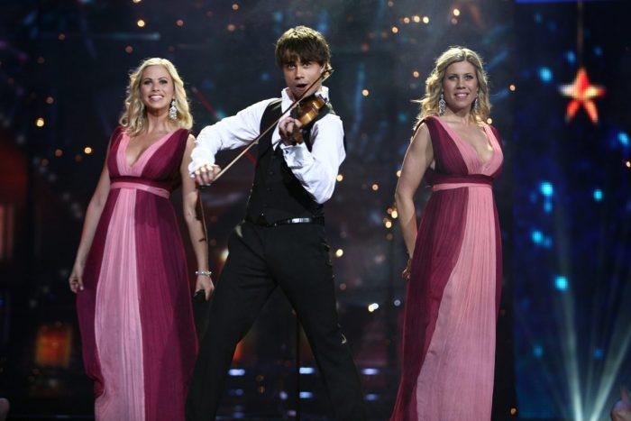 Александр Рыбак на сцене с двумя девушками