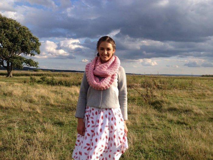 Алена Лесик, участница Холостяк-6 на природе в платье, кофте и розовом хомуте