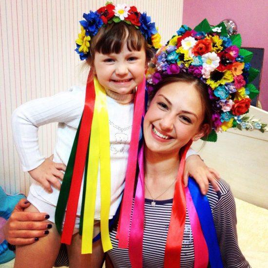 Алена Лесик, участница Холостяк-6 с девочкой в веночках из цветов