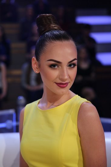 Алена Лесик в желтом платье