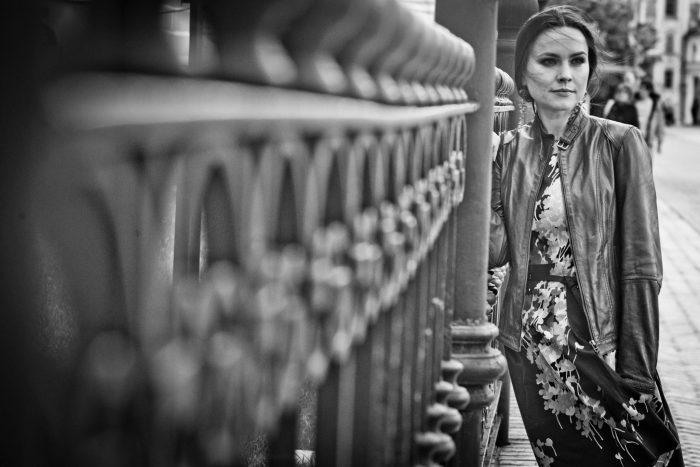 Черно-белое фото Анастасии Даугуле в платье и ветровке
