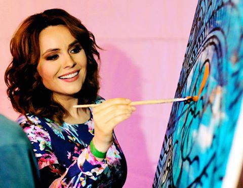 Анастасия Даугуле рисует картину