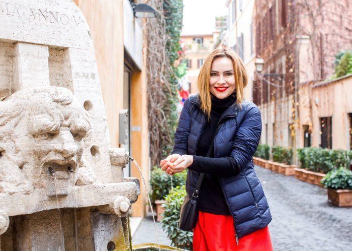 Анастасия Даугуле в красной юбке и с красной помадой