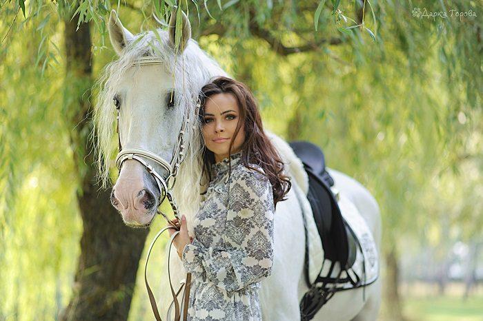 Анастасия Даугуле в светлом платье возле белой лошади