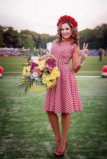 Актриса Галина Безрук в платье в красную клетку и с цветами