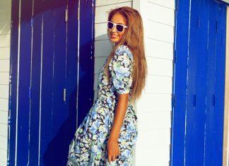 Девушка в платье в цветочек и очках с белой оправой