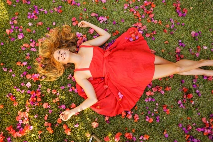 Девушка на траве в цветах