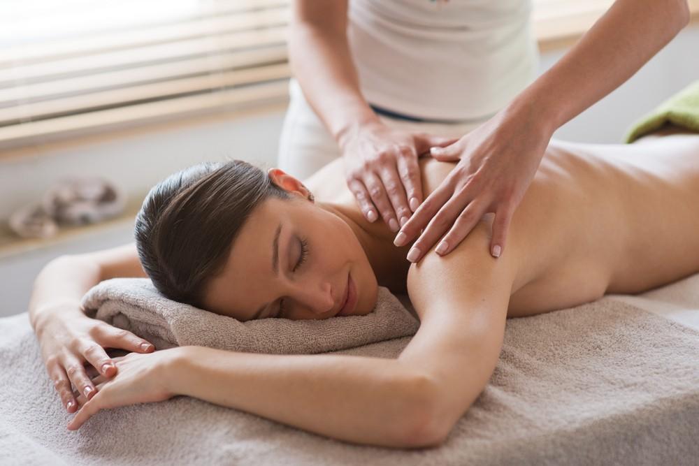 priglasila-sdelat-massazh