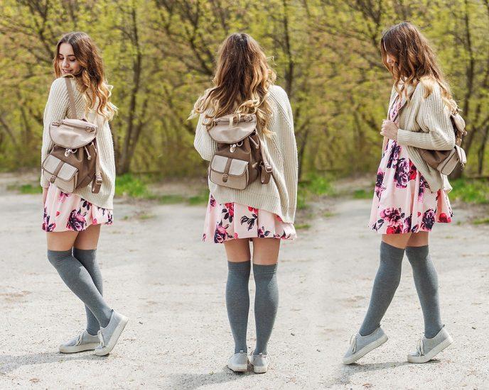Девушка в юбке,кофте,в чулках и с рюкзаком