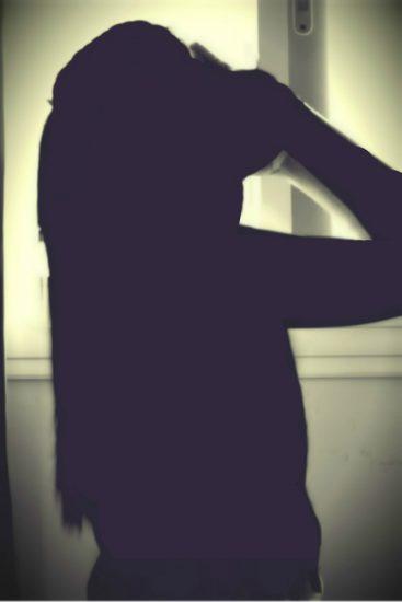 Черно-белое фото девушки закрывшей лицо руками