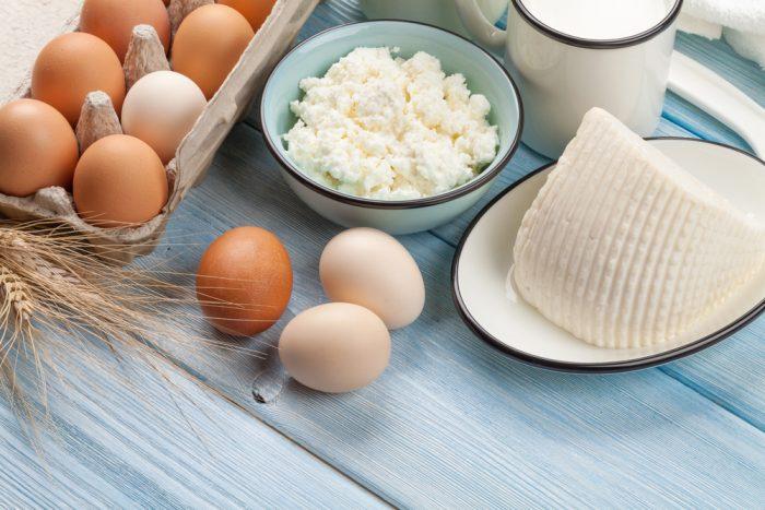 Яйца и творог на деревянном столе