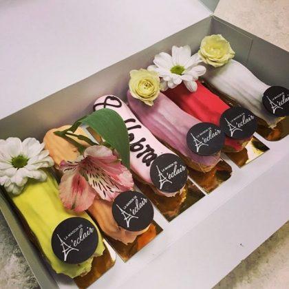 6 цветных эклеров в коробке с цветами