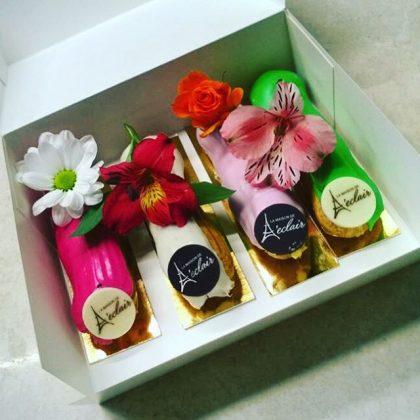 4 цветных эклера в коробке с цветами