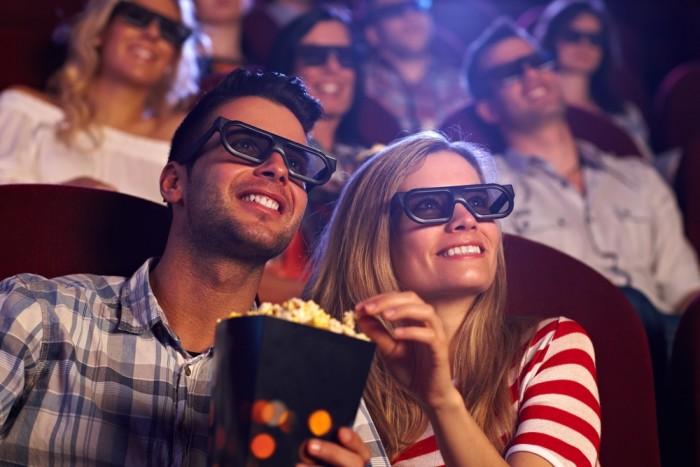 Пара сидит в очках в кинотеатре