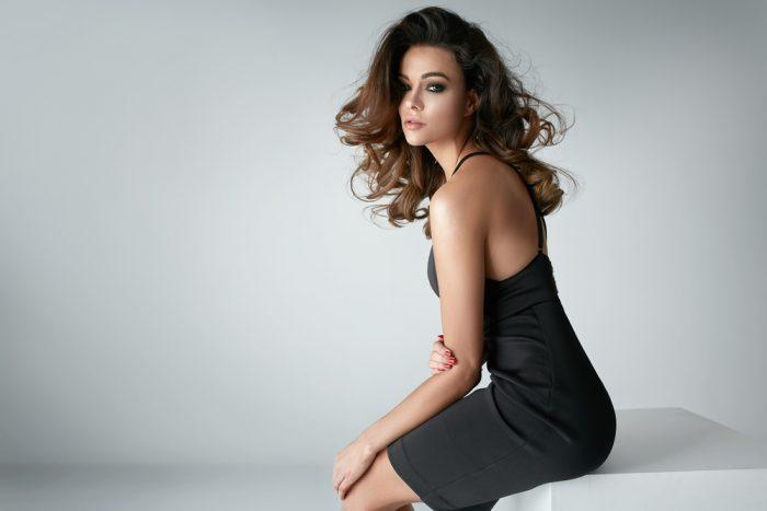 Красивая девушка в черном платье