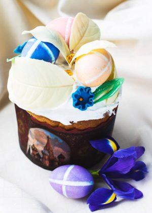 Авторский пасхальный кулич от ресторана «Жоржъ Эклеръ» с листками из белого шоколада