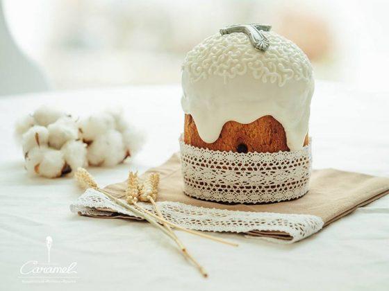 Пасхальный кулич с ободком из рюша и белой глазури