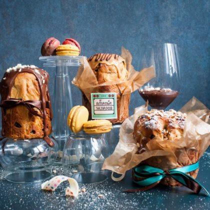 Шоколадный и карамельный панеттон и макаруны на стеклянных подставках