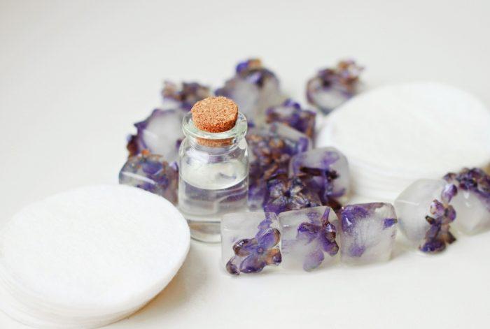 Лед с цветками лаванды и масло в бутылочке