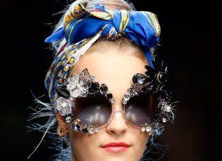 Девушка с косынкой на голове и в солнцезащитных очках