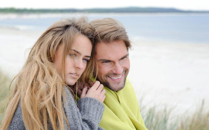 Девушка в серой кофте сидит рядом с мужчиной