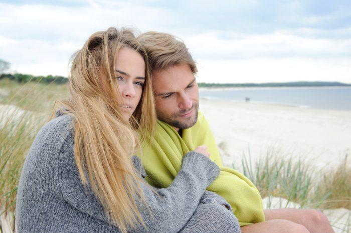 Девушка в серой кофте обняла мужчину