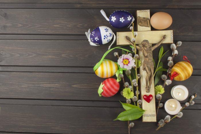 Пасхальные яйца, цветы и Крес справа