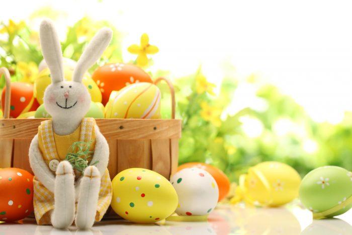 Игрушка заяц и пасхальные яйца
