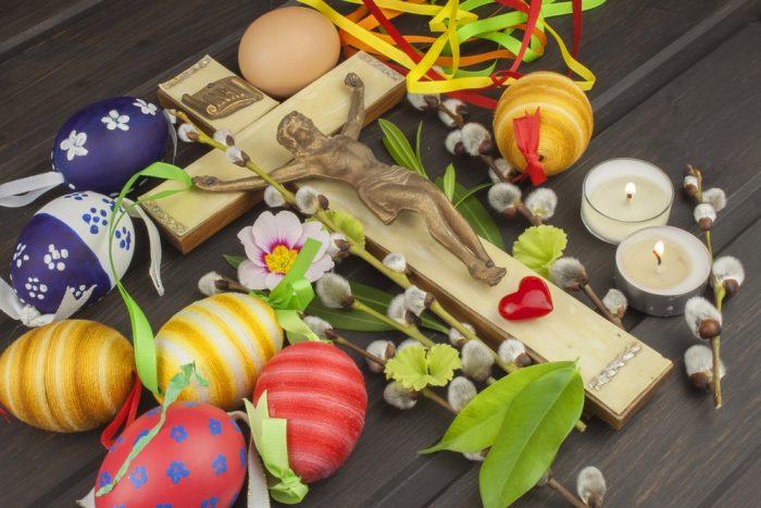 Пасхальные яйца, цветы и крест
