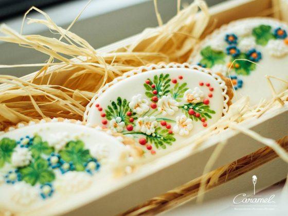 Пасхальное печенье в коробке с соломой в виде яиц с изображением цветов
