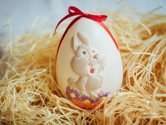 Пасхальное яйцо из белого шоколада с изображением кролика