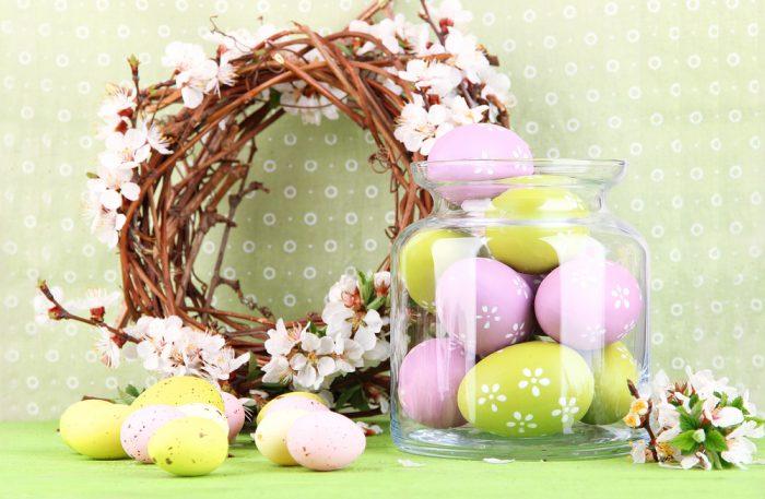 Пасхальные яйца в стеклянной вазе