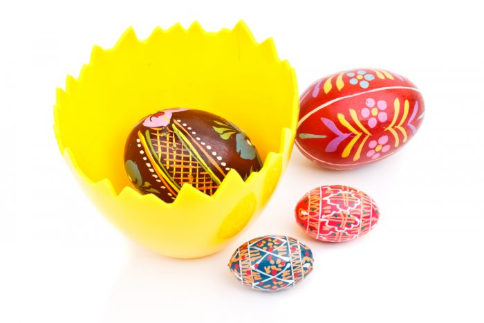 Пасхальное яйцо рядом с яйцом в подставке