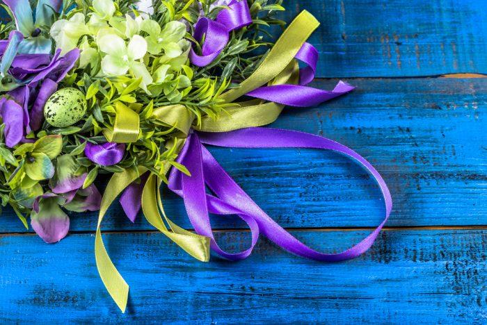 Пасхальные гирлянды с салатовыми и фиолетовыми лентами и яйцами