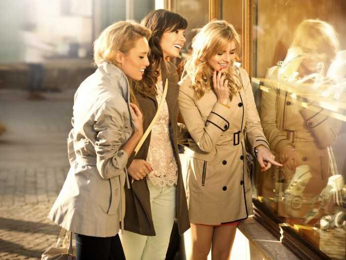Подруги у витрины магазина