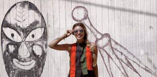 Регина Тодоренко в шортах,полосатой жилетке и в очках