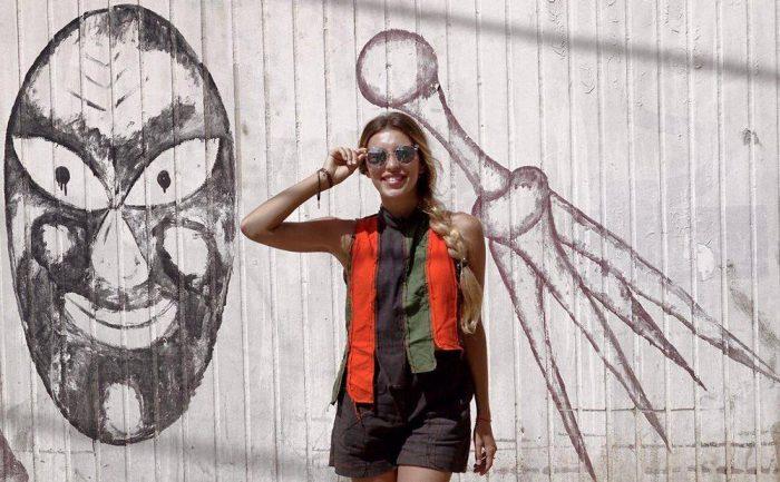 Регина Тодоренко в шортах, полосатой жилетке и очках
