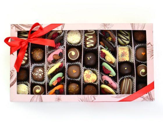 Набор с красной лентой из 24 конфет ручной работы