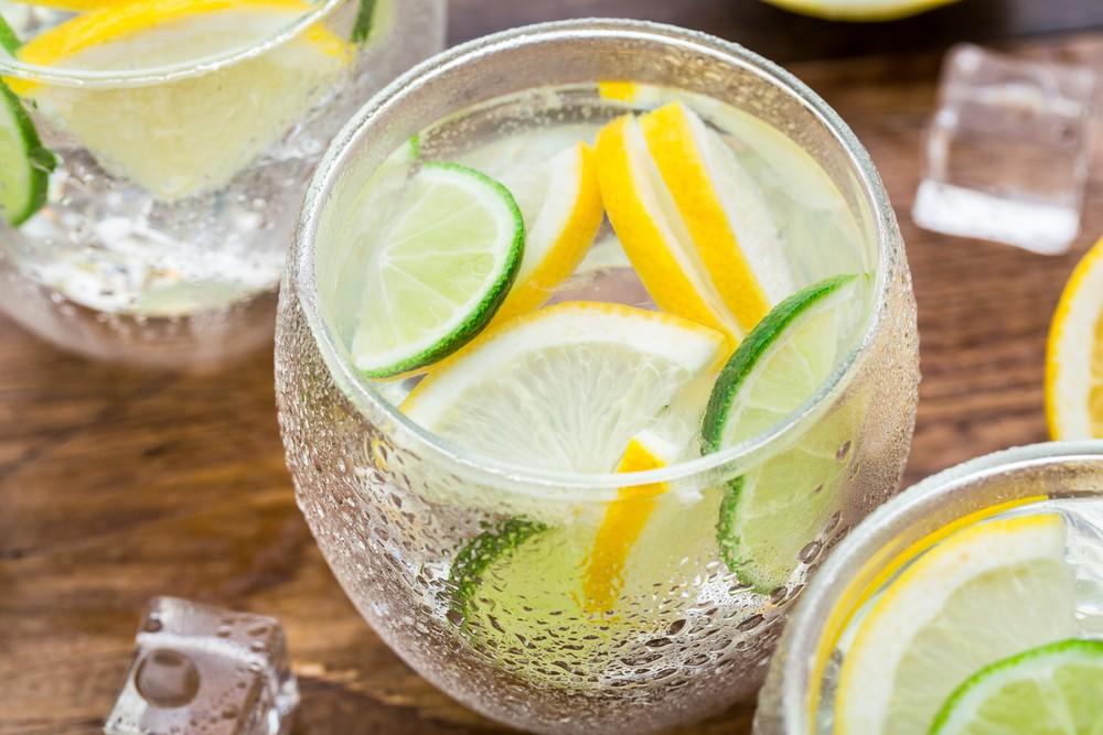 Стакан воды с лимоном и лаймом
