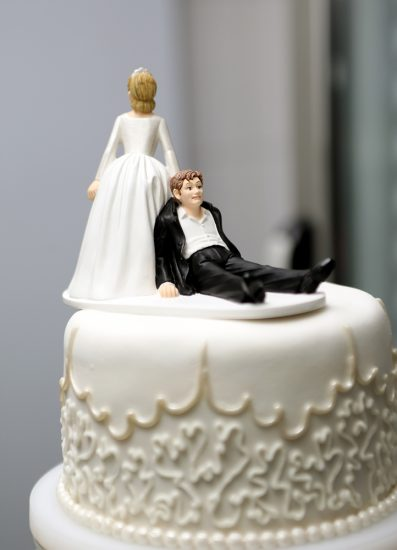 Белый свадебный торт с фигурками где жениха тянет невесты